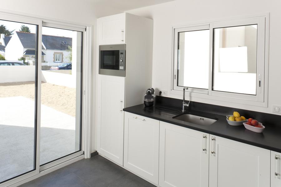 Extension de la cuisine avec 1 baie et 1 fenêtre vitrées 2 vantaux coulissants