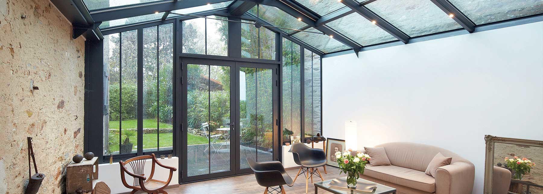 La partie salon gagne en surface grâce à seulement une façade et un petit toit vitrés