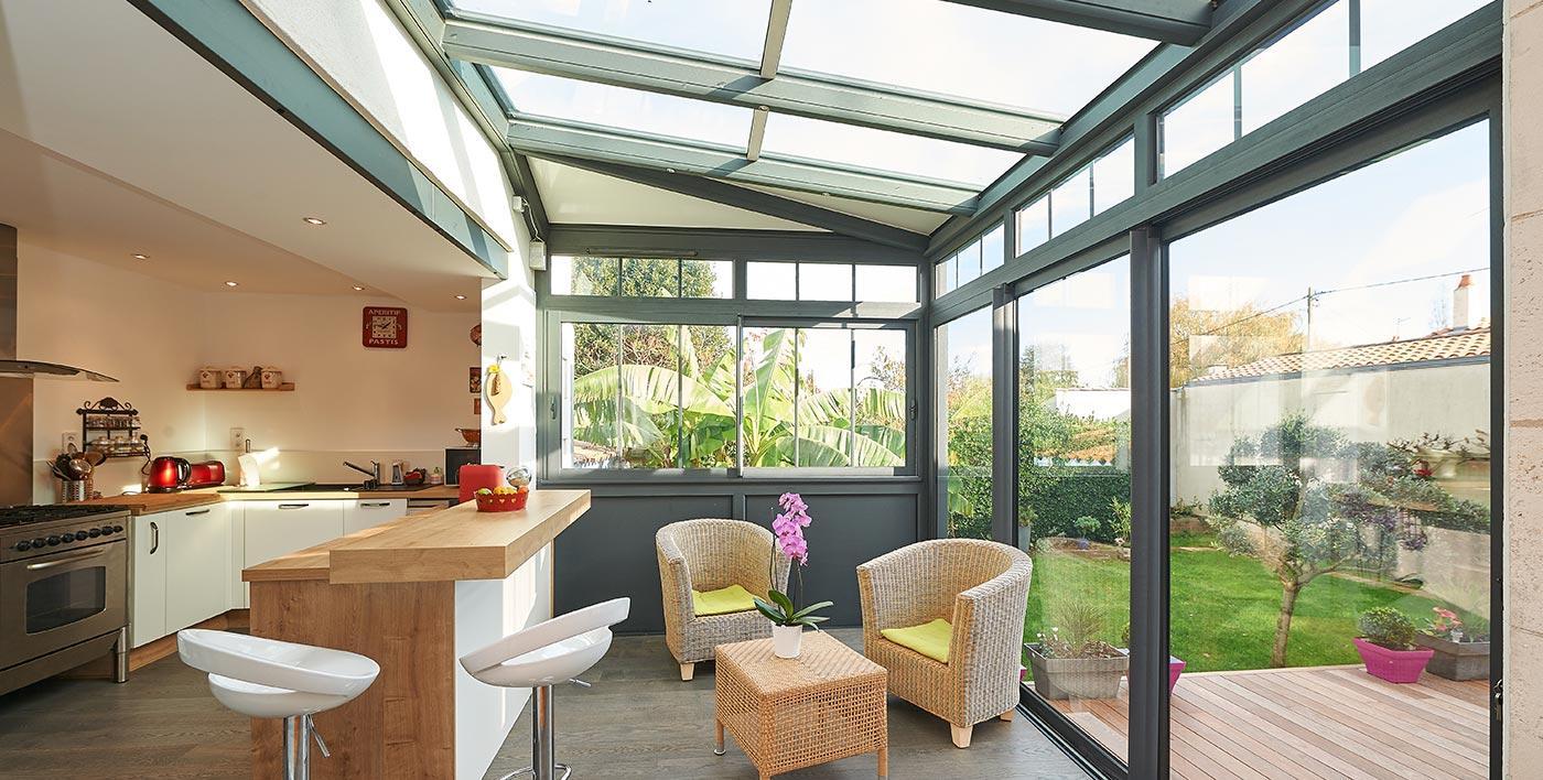 L'extension de cette cuisine est composée d'une façade, d'un côté et d'un toit semi vitré
